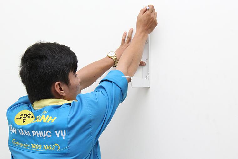 Gắn thanh chữ L lên tường