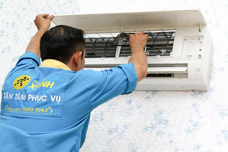Lắp tấm lọc bụi và hướng dẫn khách hàng cách tự vệ sinh tại nhà