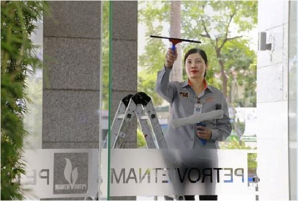 Nhân viên của PSA đang vệ sinh kính của tòa nhà