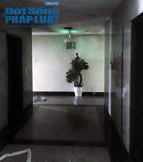 Lực lượng chức năng khám nghiệm hiện trường. Khói đen ám gần như toàn bộ căn hộ.
