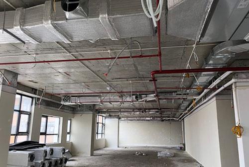 Nhiều khu vực của tòa nhà chưa lắp đặt cố định đầu báo cháy, đầu phun sprinkler, hệ thống hút khói. Ảnh: Phương Sơn