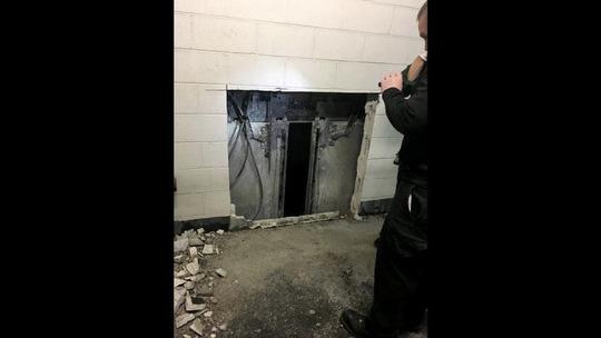 6 người bị mắc kẹt được đưa ra ngoài an toàn. Ảnh: Chicago Fire Department