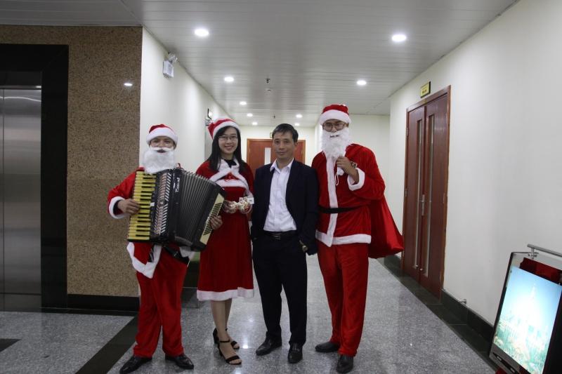 Chùm ảnh trao quà giáng sinh tại Tòa nhà VDB Giảng Võ