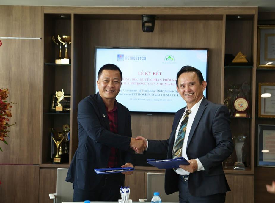 Chủ tịch HĐQT PETROSETCO Phùng Tuấn Hà (trái) ký hợp đồng độc quyền phân phối sản phẩm phân bón hữu cơ thương hiệu Humate với CEO HUMATE USA, ông Sam Cuong Dat Quach