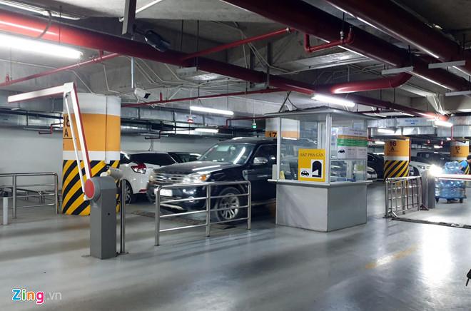 Nhiều ôtô ra vào hầm khu căn hộ cao cấp phải dùng thẻ từ. Ảnh: Hoàng Lam.