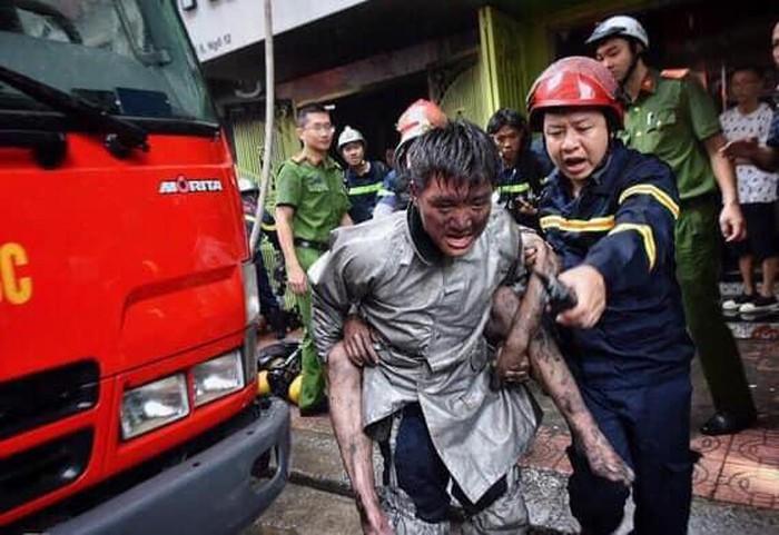 Các chiến sĩ Cảnh sát PCCC cứu dân