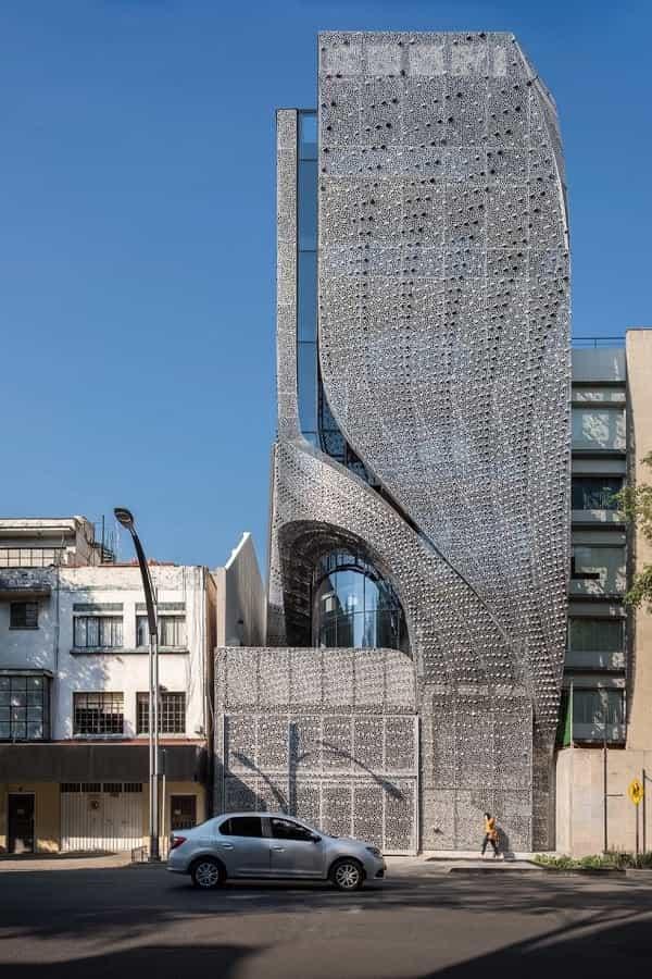 Điểm ấn tượng là tòa nhà này được ốp lên mặt tiền bằng lớp thép carbon đục lỗ lạ mắt, trải dài theo những lằn họa tiết xéo phủ dọc khắp mặt tiền.