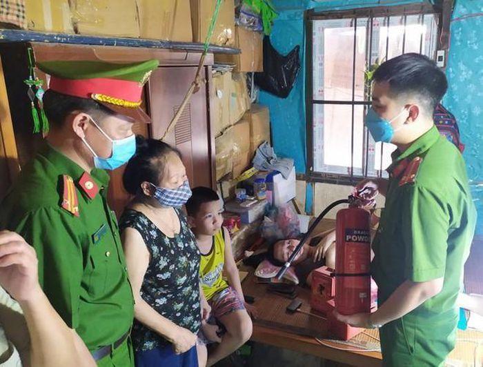 Công an quận Hoàn Kiếm trang bị bình cứu hỏa cho người dân ở khu nhà gỗ phố Vọng Hà